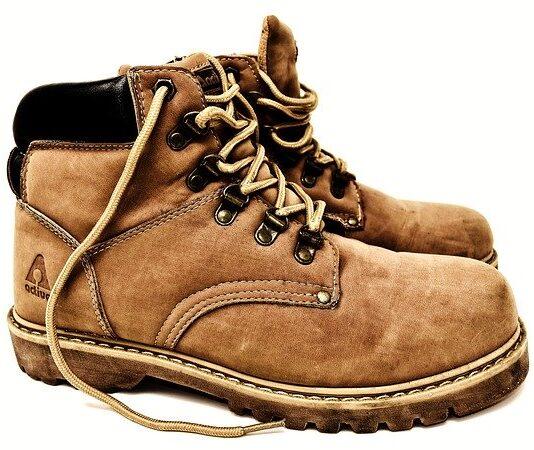 czym wyczyścić buty zamszowe